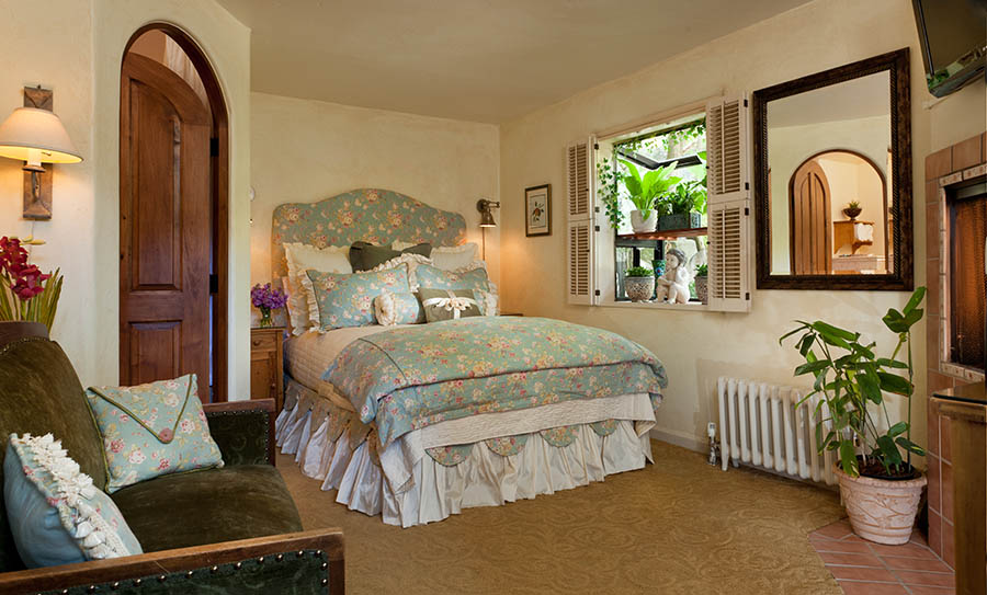 cozy clawton room with bed and couch