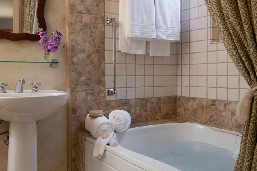 stoneleigh monterey bed and breakfast guestroom with tub and sink